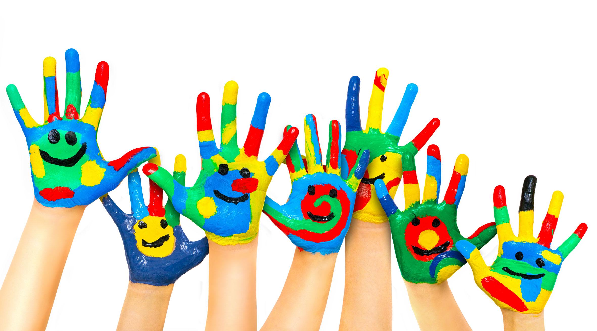 Manos de niños y niñas pintadas